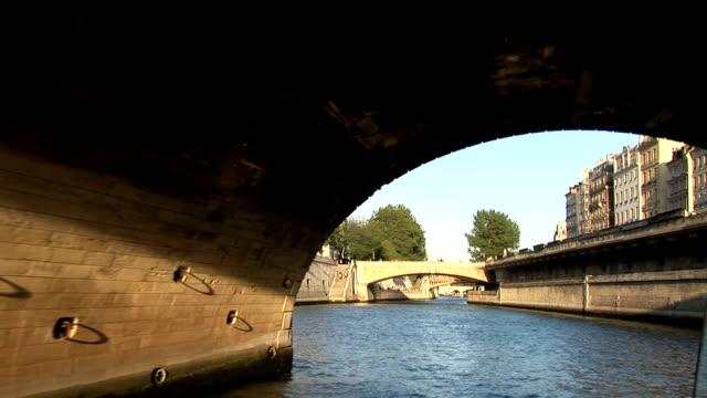 vidéos et rushes de bateau sur la seine à paris en passant sous un pont, - admirer le paysage