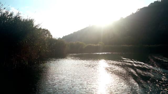 vídeos de stock e filmes b-roll de boat on the river - barco de turismo