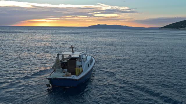 AERIAL Boot auf dem Meer bei Sonnenaufgang