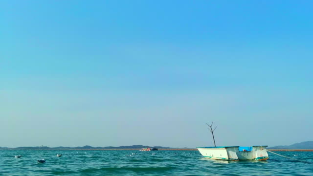 boat on the sea / seosan-si, chungcheongnam-do, south korea - orizzonte su terra video stock e b–roll