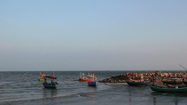 vídeos de stock e filmes b-roll de barco no mar - peixe fresco