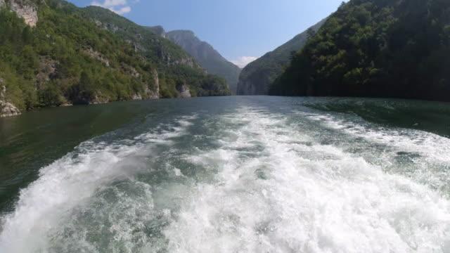 vidéos et rushes de bateau en tournée sur la rivière drina au lac artificiel perucac, serbie - serbie