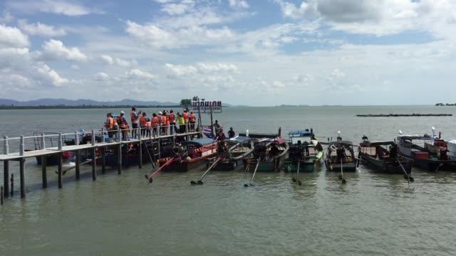 vídeos de stock e filmes b-roll de boat passenger traffic - barco de turismo