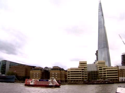 boat passes by the shard - rathaus stock-videos und b-roll-filmmaterial