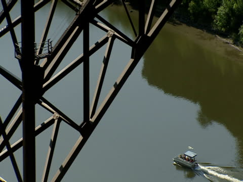vídeos y material grabado en eventos de stock de a boat passes under the perrine bridge in twin falls, idaho. - río snake