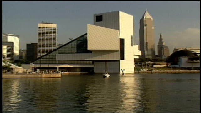 stockvideo's en b-roll-footage met boat passing by rock and roll hall of fame - eriemeer