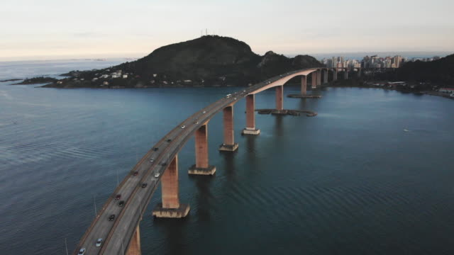 vídeos de stock, filmes e b-roll de barco que passa perto a ponte - estrada