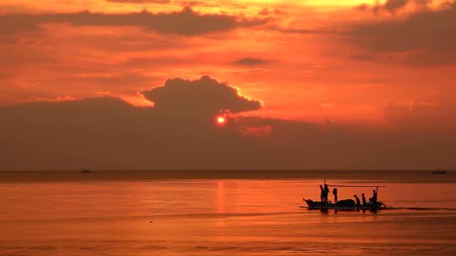 夕日の中を通過する船ロヴィナビーチバリで - nautical vessel点の映像素材/bロール