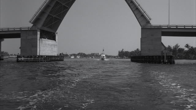 vídeos de stock, filmes e b-roll de ms pov boat passing under folding bridge - drawbridge