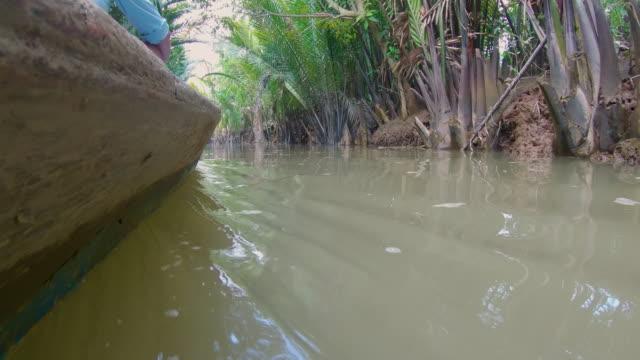 vídeos y material grabado en eventos de stock de boat point of view - drive on small tributary of the mekong river , vietnam - buena condición