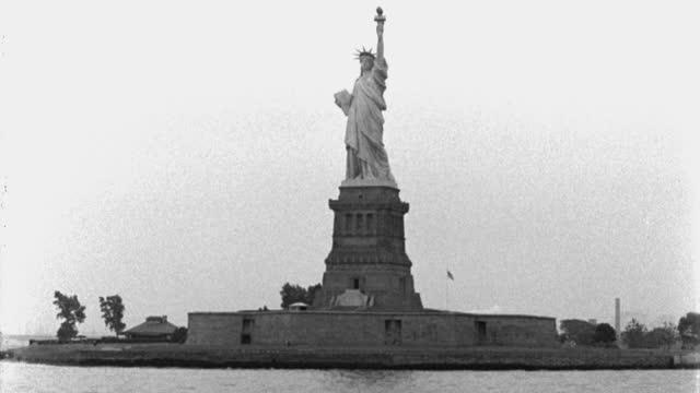 vídeos y material grabado en eventos de stock de boat point of view of statue of liberty against sky, liberty islands, new york city, new york state, usa - puerto de nueva york