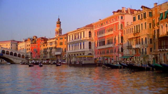 vídeos y material grabado en eventos de stock de boat point of view on grand canal towards rialto bridge with gondolas / venice, italy - puente de rialto