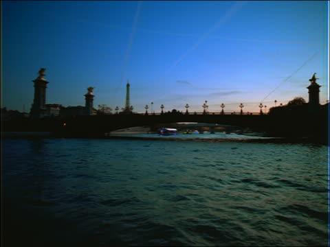 vídeos y material grabado en eventos de stock de boat point of view on seine river toward bridge at dusk / paris - cincuenta segundos o más