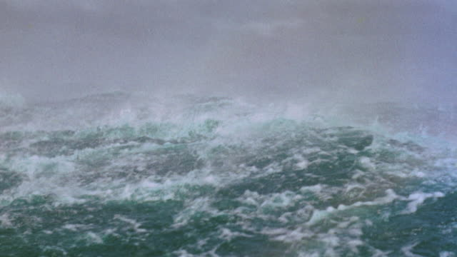 vídeos de stock, filmes e b-roll de boat point of view rough seas + rain during storm / plymouth adventure (1952) - rough