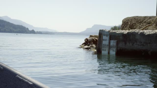 boat point of view shot of a water level marker gauge in the columbia river in washington on a clear, sunny day - surface level stock videos & royalty-free footage