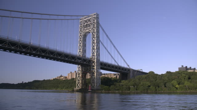a boat rides under the george washington bridge in manhattan. - vattenbryn bildbanksvideor och videomaterial från bakom kulisserna