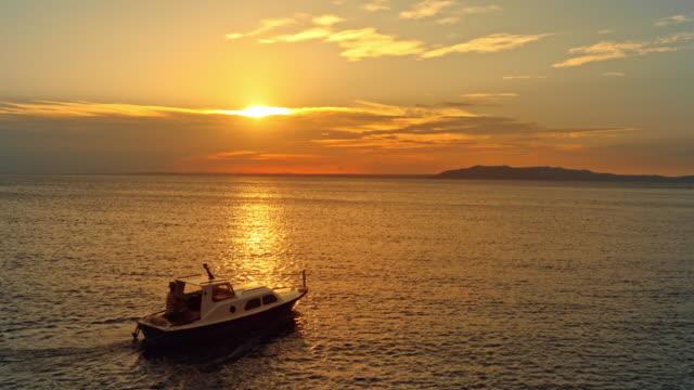 海で夕日に乗って空中船 - ツレス点の映像素材/bロール