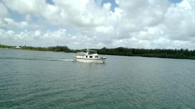 stockvideo's en b-roll-footage met boat sailing along biscayne bay - biscayne bay