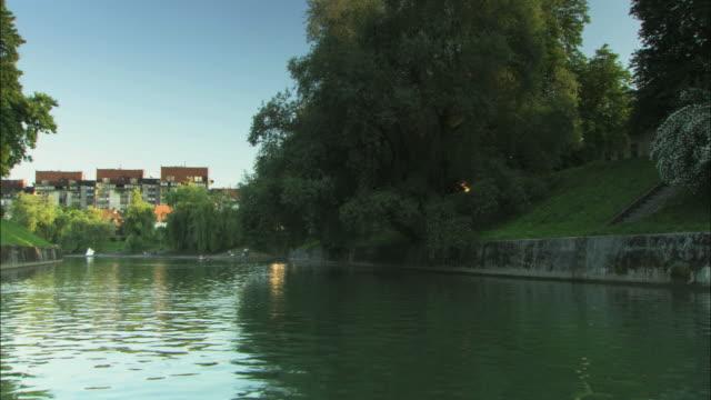 vídeos y material grabado en eventos de stock de pov boat sailing in river ljubljanica / ljubljana, slovenia - liubliana