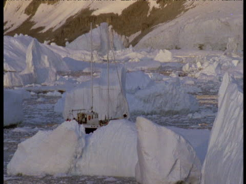 vídeos de stock e filmes b-roll de boat sails between icebergs. - embarcação comercial