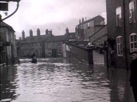 vídeos y material grabado en eventos de stock de a boat slowly moves down a flooded street in shrewsbury - shrewsbury