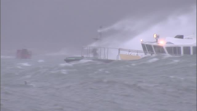stockvideo's en b-roll-footage met a boat speeds through stormy waters. - rondrijden