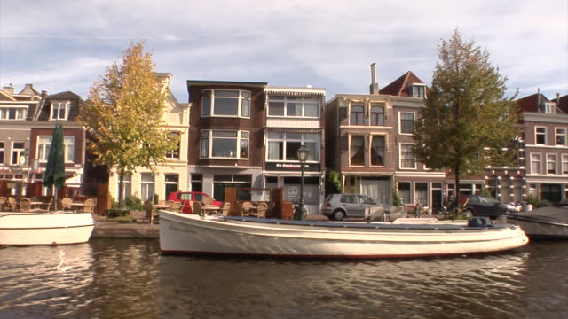 stockvideo's en b-roll-footage met boat tour through leiden - kees van den burg