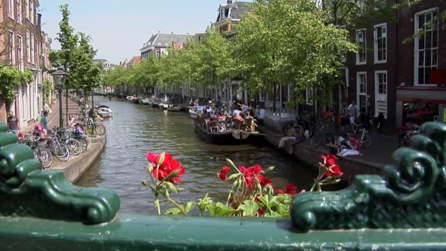 stockvideo's en b-roll-footage met boat tour through leiden - kees van den burg