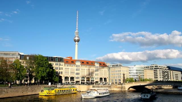 Boot-Tourismus auf der Spree In Berlin