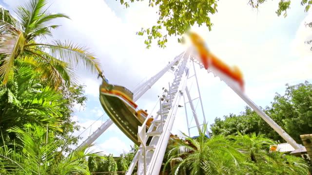 vidéos et rushes de hd: jouet en bateau au parc d'attractions - flotter sur l'eau