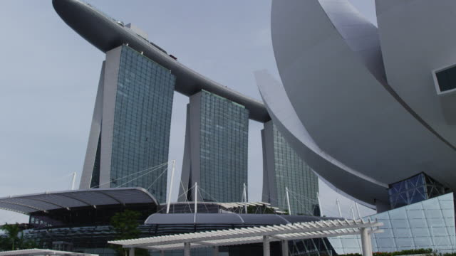 vidéos et rushes de boat tracking shot of marina bay sands convention centre, singapore, part 3/4 - port de plaisance