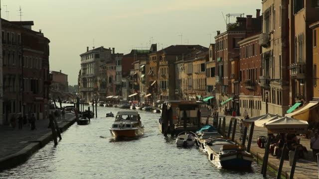 ws ha boat traffic on canal / venice, italy - エスタブリッシングショット点の映像素材/bロール