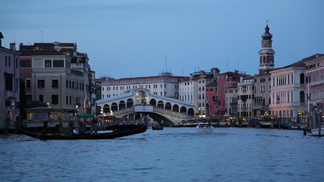 ws boat traffic on grand canal at dusk / venice, italy - エスタブリッシングショット点の映像素材/bロール