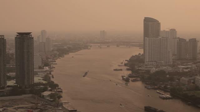 boottransfer auf den chao phraya in bangkok - galeere stock-videos und b-roll-filmmaterial