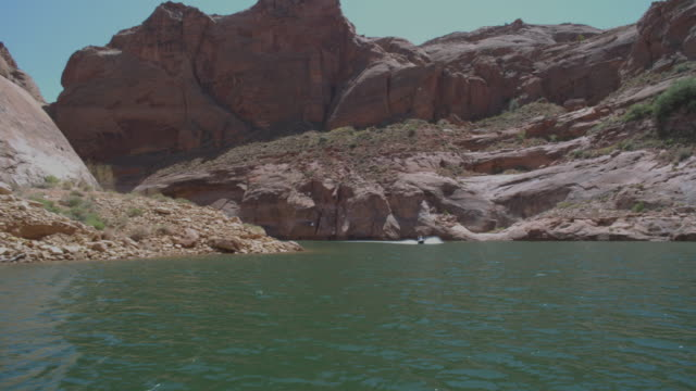 vídeos de stock, filmes e b-roll de ms pov boat traveling at powell lake / page, neveda, united state - lake powell