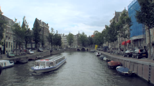 ws zi boat traveling through canal / amsterdam, netherlands - canal stock videos & royalty-free footage