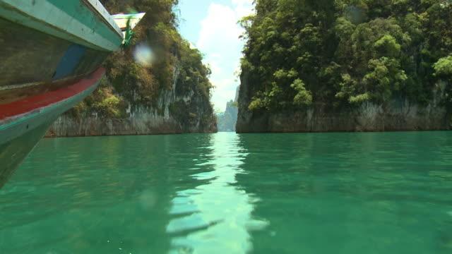 vídeos de stock e filmes b-roll de boat travels between two mountain walls - filme de ação