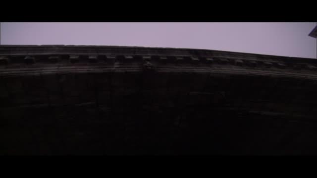 vídeos y material grabado en eventos de stock de a boat travels under the rialto bridge in venice. - puente de rialto