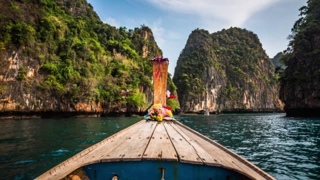 vídeos y material grabado en eventos de stock de paseo en barco en la laguna tropical - tailandia - mar de andamán