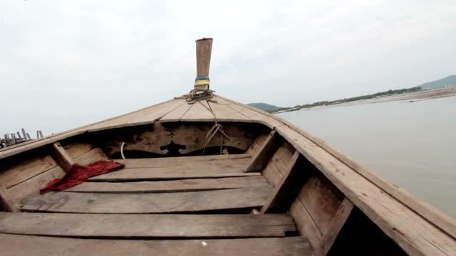 boot im tropischen lagune - insel phi phi le stock-videos und b-roll-filmmaterial