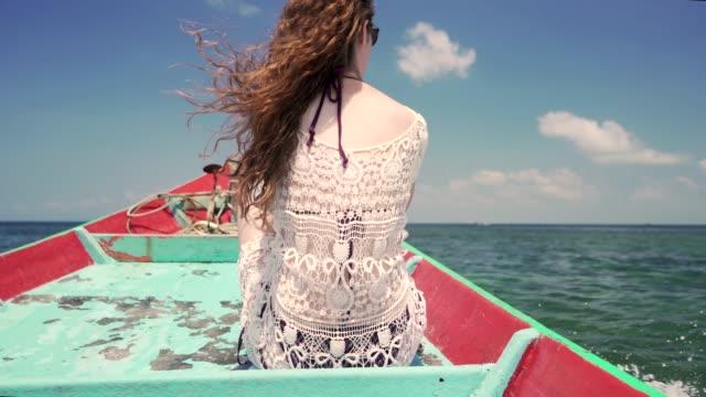 牧歌的な場所へのボートト リップ - パレオ点の映像素材/bロール