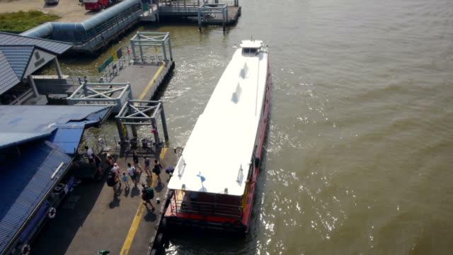 boat unboarding on chao phraya river in bangkok. - spoonfilm stock-videos und b-roll-filmmaterial
