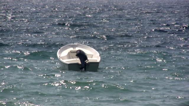 vídeos de stock, filmes e b-roll de de barco - linha ondulada