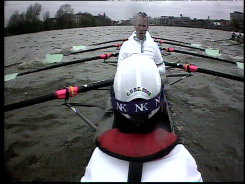 vídeos y material grabado en eventos de stock de boatcam above head of cox focusing on cambridge boat crew 2003 university boat race london - instituciones y organizaciones educativas