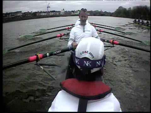 vídeos y material grabado en eventos de stock de boatcam on cambridge boat follows race, oxford crew off to near right, 2003 university boat race, london - remo con espadilla