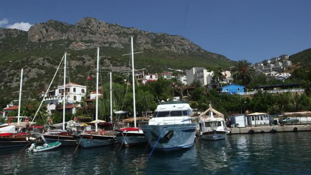 vídeos y material grabado en eventos de stock de boating slowly thru harbor - wiese