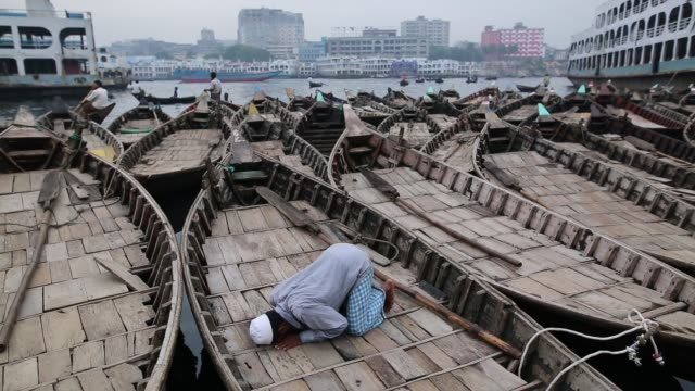 boatman pray his asr prayer on his boat in the buriganga river in dhaka during holy month of ramadan - islam stock videos & royalty-free footage