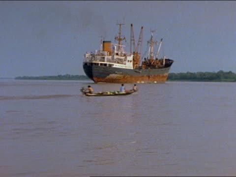 vídeos de stock, filmes e b-roll de boats and canoes used by indigenous south americans float along the amazon river - banana de são tomé
