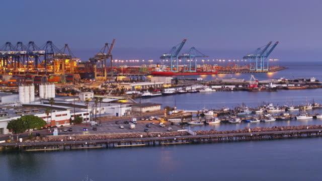 vídeos y material grabado en eventos de stock de botes y contenedores en el puerto de los ángeles - tiro del zumbido - embarcadero