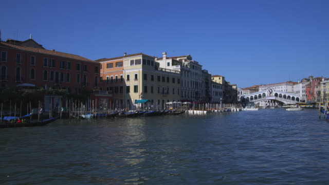 vídeos y material grabado en eventos de stock de boats and gondolas float in the grand canal alongside docks. - puente de rialto